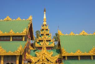 ヤンゴンのシュエダゴォン・パヤー屋根の写真素材 [FYI03285327]