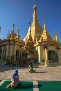 ヤンゴンのスーレー・パヤー境内の写真素材 [FYI03285346]