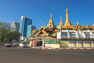 ヤンゴンのスーレー・パヤーと近代ビルの写真素材 [FYI03285361]