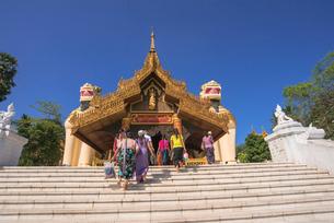 ヤンゴンのシュエダゴォン・パヤー入口の写真素材 [FYI03285368]