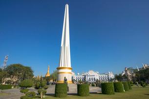 ヤンゴンのマハバンドゥーラ公園内にある独立記念塔の写真素材 [FYI03285371]