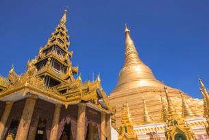 ヤンゴンのシュエダゴォン・パヤーの写真素材 [FYI03285379]