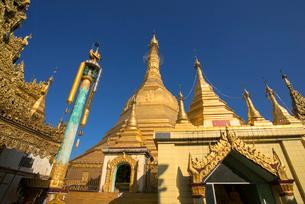 ヤンゴンのスーレー・パヤー境内の写真素材 [FYI03285391]