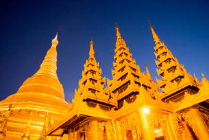 ヤンゴンのシュエダゴォン・パヤー夜景の写真素材 [FYI03285401]