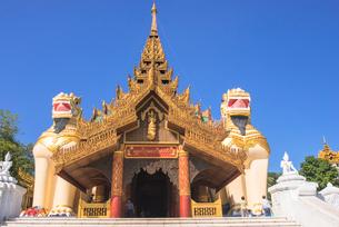 ヤンゴンのシュエダゴォン・パヤー入口の写真素材 [FYI03285402]