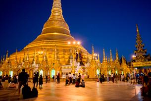 ヤンゴンのシュエダゴォン・パヤー夜景の写真素材 [FYI03285403]
