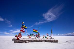 ウユニ塩湖の万国旗の写真素材 [FYI03285486]