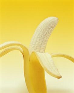 皮をむいたバナナの写真素材 [FYI03285771]