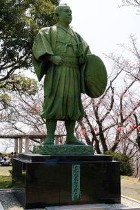 赤穂・桜と大石内蔵助像の写真素材 [FYI03285961]