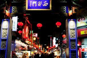 神戸中華街南京町の夜景の写真素材 [FYI03286111]