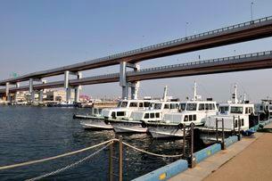 神戸港かかる阪神高速湾岸線の写真素材 [FYI03286272]