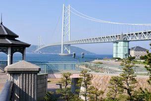 舞子公園側から明石海峡大橋を見るの写真素材 [FYI03286298]