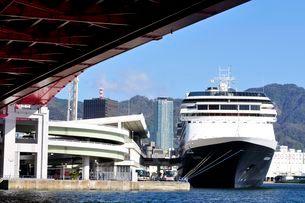 神戸港にクルーズ船フォーレンダムの停泊の写真素材 [FYI03286321]