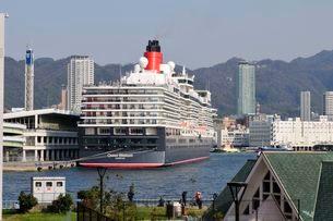 神戸港にクイーン・エリザベスが停泊の写真素材 [FYI03286351]