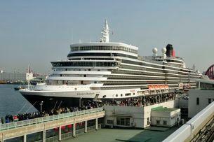神戸港にクイーン・エリザベスが停泊の写真素材 [FYI03286355]