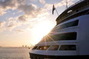 神戸港の朝日とクルーズ船フォーレンダムの停泊の写真素材 [FYI03286393]