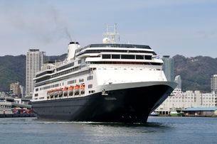 神戸港からクルーズ船フォーレンダムが出港の写真素材 [FYI03286400]