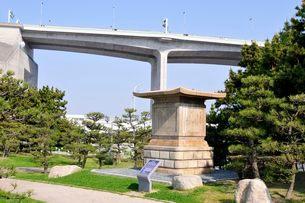 舞子公園側から明石海峡大橋を見るの写真素材 [FYI03286571]