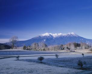 冬の開田高原と木曽御岳山の写真素材 [FYI03286747]