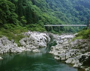 飛騨川と吊り橋 中山七里釜ヶ淵の写真素材 [FYI03286776]