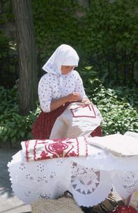 刺繍をする女性の写真素材 [FYI03287253]