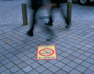 路上禁煙のマークの写真素材 [FYI03287534]