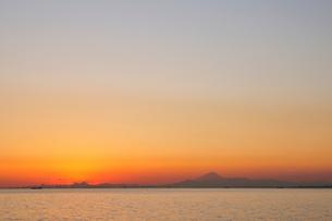 幕張から見る夕暮れの富士山の写真素材 [FYI03287678]