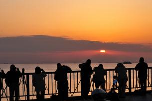 夕焼けを写すカメラマンの写真素材 [FYI03287698]
