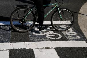 自転車通行レーンの写真素材 [FYI03288576]