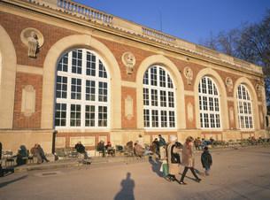 日向ぼっこする人々 リュクサンブールの写真素材 [FYI03289122]