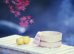 風呂桶と手ぬぐいとユズの写真素材 [FYI03289212]