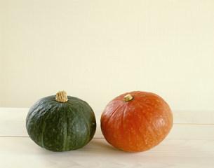 カボチャ ウリ科 左は九重栗 右はえびすかぼちゃの写真素材 [FYI03289543]