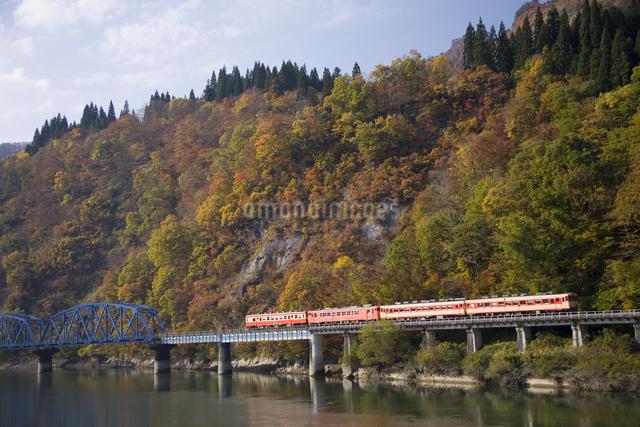 列車と鉄橋只見線 只見川の写真素材 [FYI03289660]