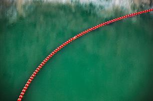 御母衣ダムの貯水池のブイの写真素材 [FYI03289885]