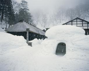 雪の乳頭温泉鶴の湯の写真素材 [FYI03290365]