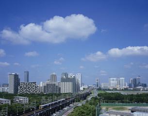 幕張ベイタウンと京葉線の写真素材 [FYI03291750]