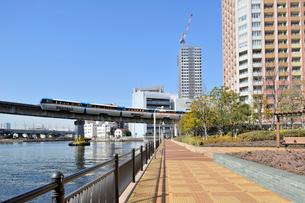 東京モノレールと高層住宅の写真素材 [FYI03292551]