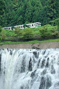 JR烏山線と龍門の滝の写真素材 [FYI03292713]