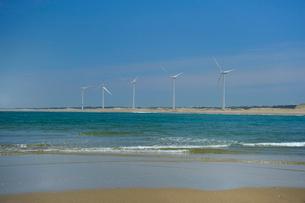 日川浜と風力発電の写真素材 [FYI03293257]