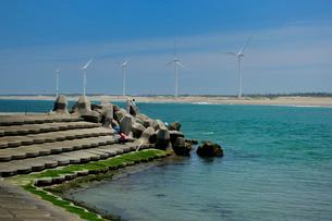 日川浜と風力発電の写真素材 [FYI03293306]