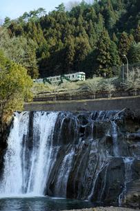 龍門の滝とJR烏山線の写真素材 [FYI03293580]