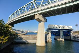 あけぼの水門とJR京葉線の写真素材 [FYI03293790]
