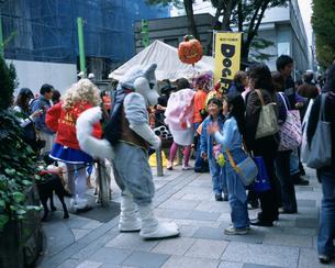 ハロウィンパレードで仮装した人の写真素材 [FYI03297654]