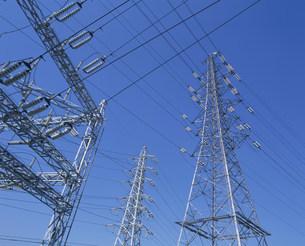 送電線と変電所の写真素材 [FYI03297776]
