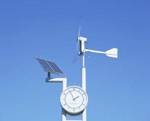 太陽光発電と風力発電の時計の写真素材 [FYI03297780]