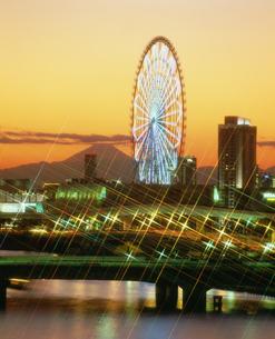 暮色の富士山とパレットタウンの写真素材 [FYI03297871]