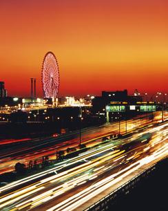 首都高とパレットタウンの暮色の写真素材 [FYI03297879]