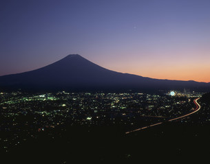 新倉林道より望む中央高速と富士山の写真素材 [FYI03297974]