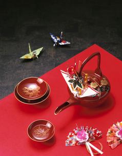 屠蘇器と折り鶴の写真素材 [FYI03298100]