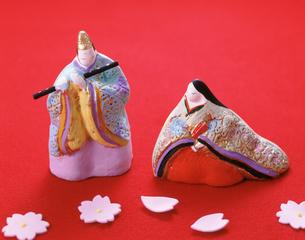 雛人形と桜の花びらの写真素材 [FYI03298164]